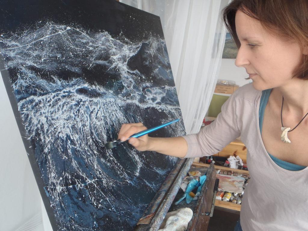 Heike Wünnenberg bei der Malerei